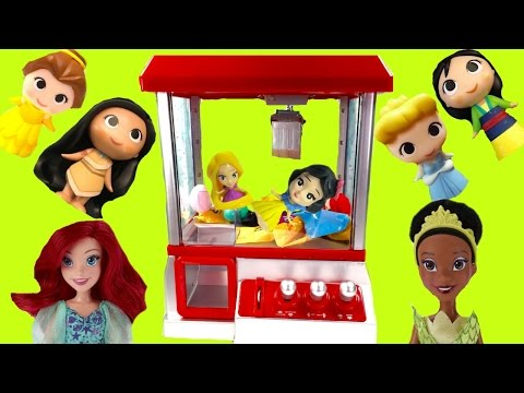 Disney Princesses Play the Claw Machine for Toy Surprises! Rapunzel & Snow White Fall in!