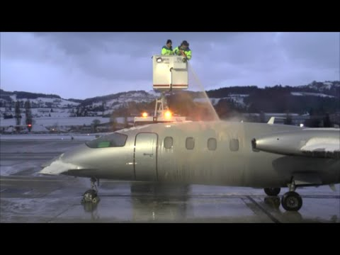 [HD] Piaggo P-180 Avanti full de-icing procedure and departure at Altenrhein - 17/01/2016