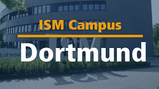 ISM-Studenten führen durch den Campus in Dortmund.