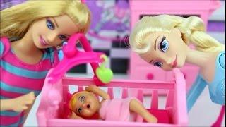 Barbie la gardienne Baby-Sitter en Francais avec la reine des neiges et poupon Poupée