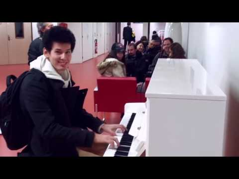 Парень удивил всех в Аэропорту! Играет на пианино 10 мелодий за 3 минуты! Виртуоз