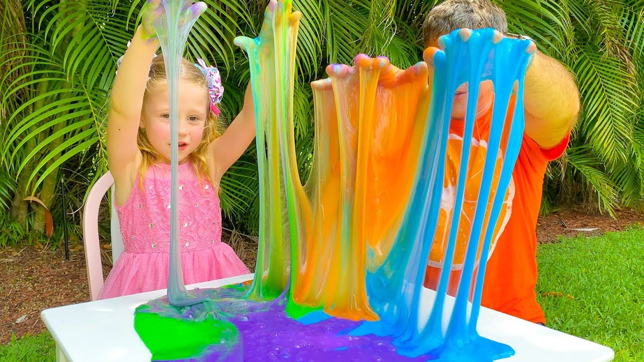 Настя и папа делают гигантский разноцветный слайм