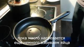 Жаренные яйца с помидорами