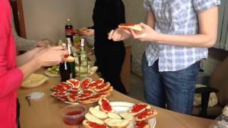 Сколько бутербродов с красной икрой можно сделать из банки икры