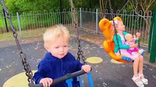Эльвира и братик ИГРАЕТ В ПРЯТКИ НА ПЛОЩАДКЕ с Человек Паук Ryan plays hide and seek at playground