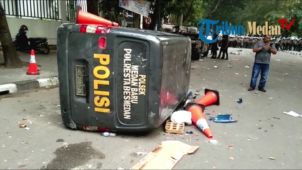 Tujuh Unit Mobil Polisi Hancur Satu Diantaranya Terbakar Youtube