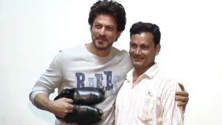 Shahrukh Khan Meet With His Shoe Maker Fan At Raees Movie Promotion