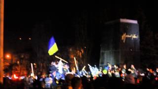 Чернигов.Памятник Ленину сносят!(Чернигов 21.02.2014., 2014-02-21T21:18:39.000Z)