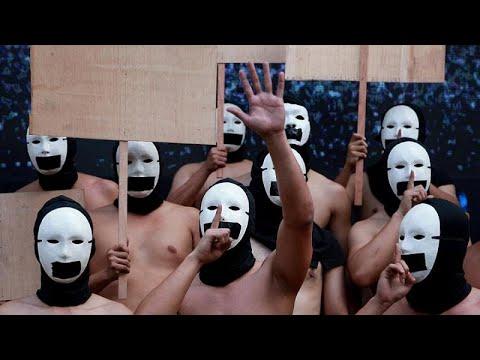 شاهد: أعضاء أخوية فلبينية يتظاهرون عراة لدعم حرية التعبير والإعلام…