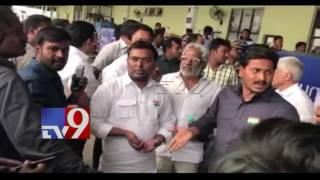 YS Jagan argues with Police @ Visakha Airport - TV9 Exclusive