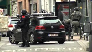 لحظة اقتياد صلاح عبد السلام من قبل الشرطة بعد القبض عليه في بلجيكا