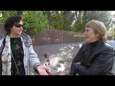 Татьяна Степанова носит цветы на Братское кладбище