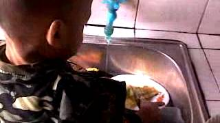 Petugas Cuci Piring Di Bawah Umur.mp4