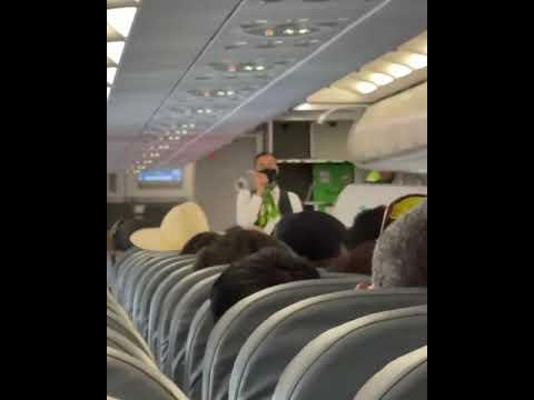 Alburean a asistente de vuelo