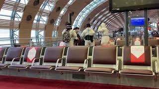 パリの空港にいる中国系旅行者のファッション。