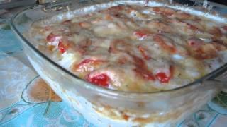 Запеченный картофель с луком и томатами под сырной шубой с прованскими травами.