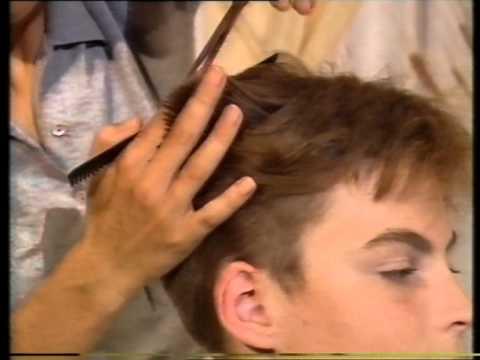 Junge bekommt moderne Frisur Boy gets contemporary