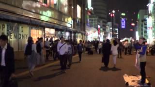 土曜の夜の新宿駅南口(東京都新宿区)