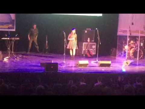 Алиса Семчук на концерте ансамбля ВДВ Голубые береты с песней Возвращаюсь