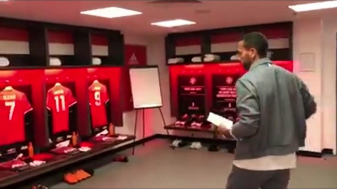 Inside Old Trafford Ferdinand Visits United Dressing Room Youtube