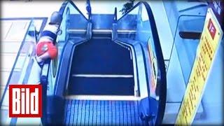 Rolltreppe des Todes zieht kleinen Jungen in die Tiefe - Escalator Of Death (Unfall / Schnürsenkel)