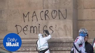 Clean up in Paris after Saturday's yellow jackets protest