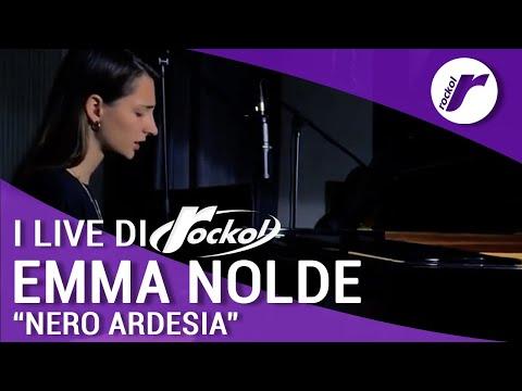 """Emma Nolde suona e canta """"Nero Ardesia"""" per Rockol"""