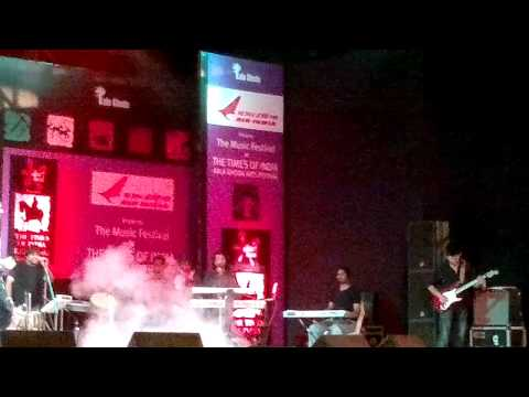 Sonu Nigam Live Performance-All Izz Well -kalaghoda 2011