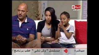 شاهد.. أب وأبنائه يأكلون الزجاج واللحم بدون طهي