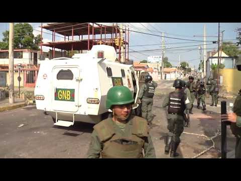Guardia nacional con Tanqueta se enfrentan a manifestantes en pleno  proceso electoral