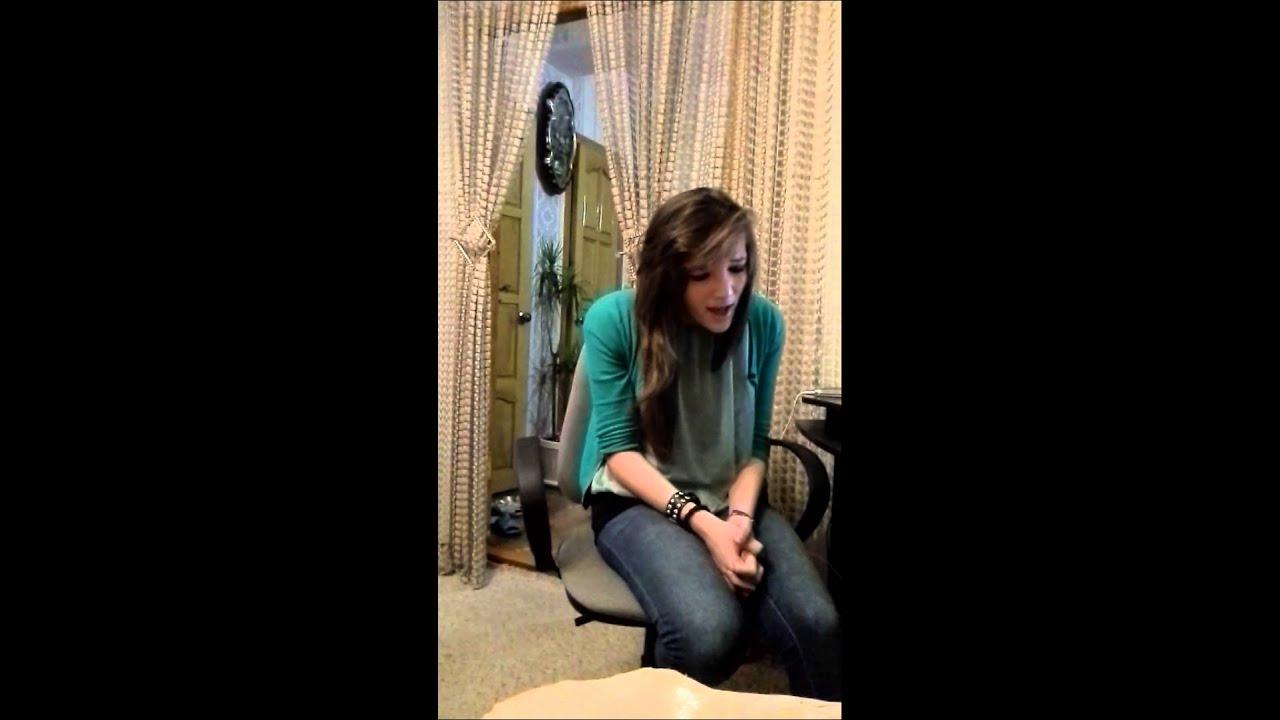 девушка поет песню  Джастина Бибера.