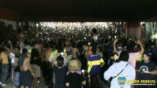 Terrible batucada y fiesta de La 12 saliendo del Engenhao en Río de Janeiro