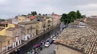 Giro d'Italia a Vasto sotto la pioggia: lo spettacolare passaggio dei ciclisti