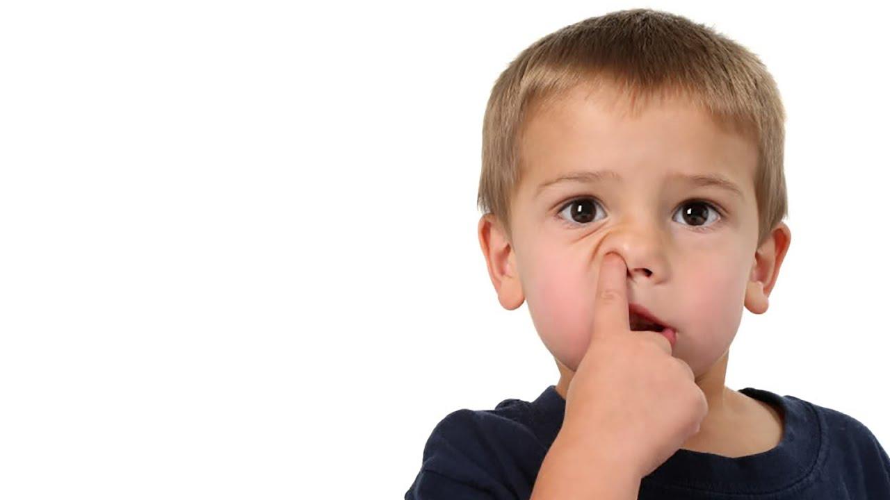 Ребенок ковыряется в носу фото
