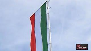 Bandiera italiana con disposizione dei colori in verticale, installata su aste alluminio modello pennone top, altezza mt 10 fune interna e chiusura a ...