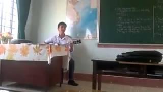 thầy giáo vừa đàn vừa hát chung dòng sữa mẹ quá hay