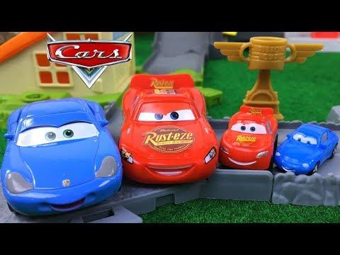 RAYTO GANA LA CARRERA ANTES DE RAYO MCQUEEN - GARAGE DE CARRERAS RACE GARAGE PISTON CUP DISNEY CARS