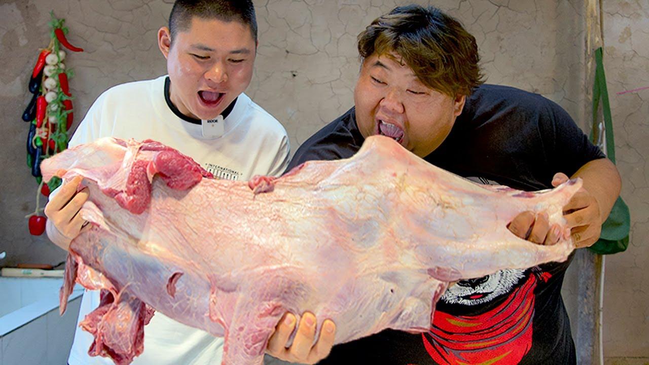 """1000元买条大牛腿,猴哥和大胖做""""酱香牛腿"""",两人一块抱着啃,过瘾!【胖猴仔】"""