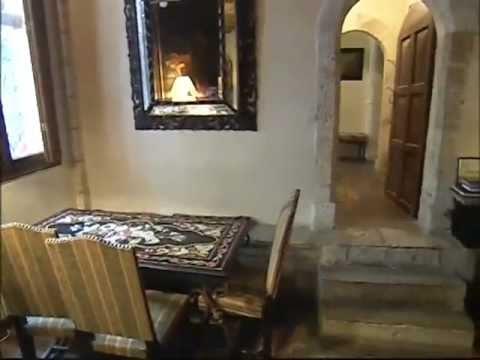 À Paris, Igor Bogdanoff vend sa drôle de maison gothico-moyenâgeuse