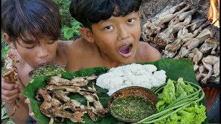Primitive Technology - Awesome Cooking frogs on a rock - Eating delicious