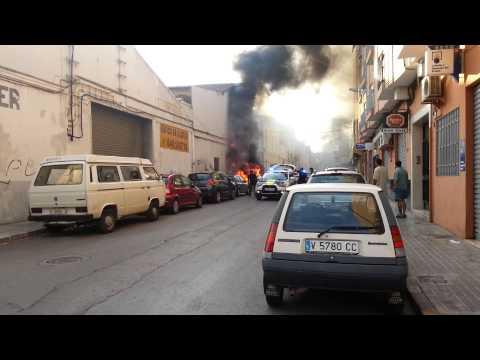 Coche ardiendo en la avenida albufera de alfafar