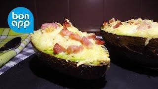 Авокадо с яйцом, сыром и беконом. Вкусный завтрак.