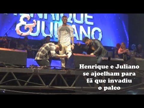 Henrique e Juliano e se ajoelham para fã após invasão ao palco