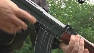 Gambar cover L'AK-47, une arme trop facilement accessible? (Marseille)