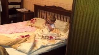 Укладывается спать в кровать бабушки и дедушки :))