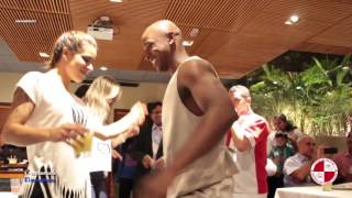 Show de carnaval para recepção de estrangeiros no restaurante Fogo de Chão - Apito de Mestre
