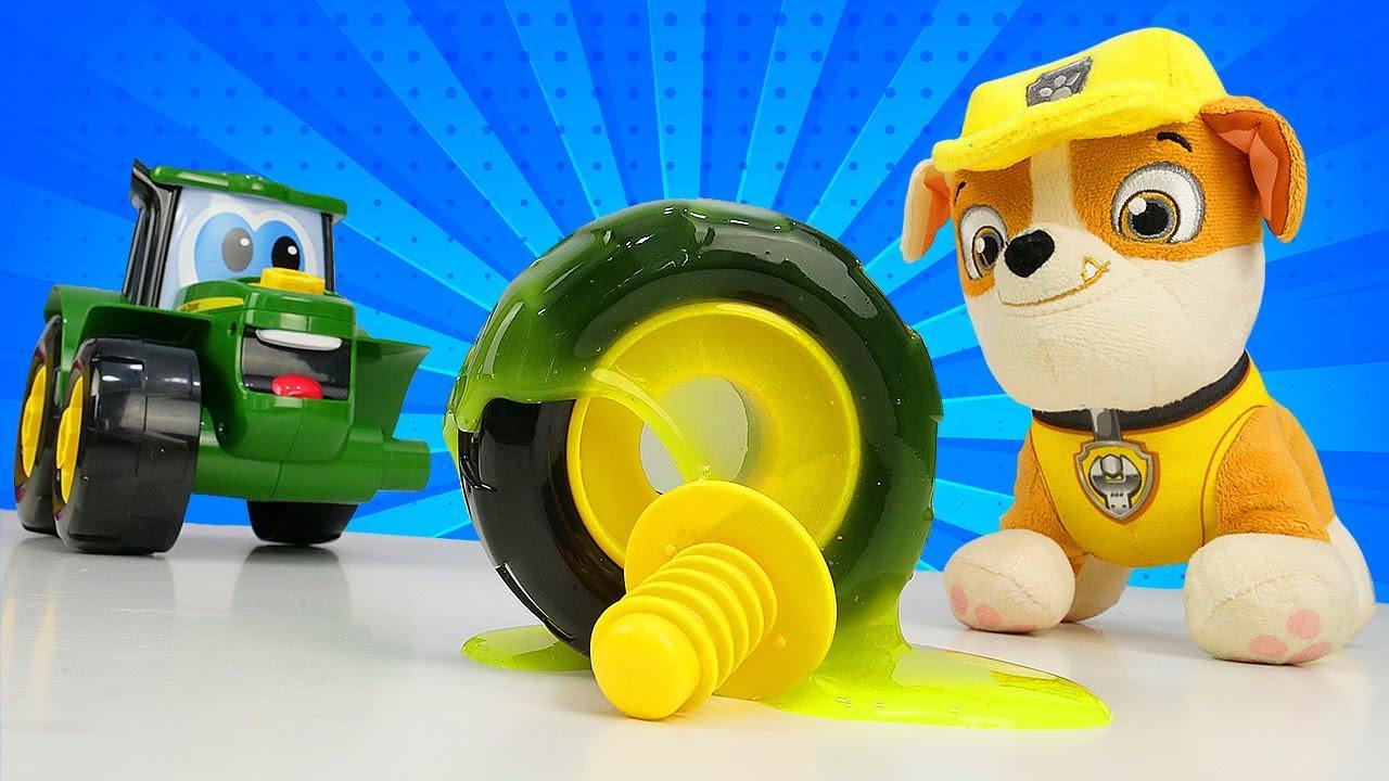A roda do trator ficou presa no slime! Vídeo com brinquedos da patrulha canina animados