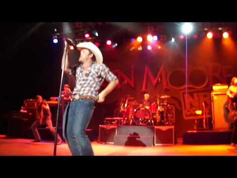 Justin Moore-HOW I GOT TO BE THIS WAY (LIVE)opening to the show