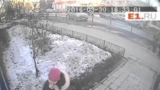 На Уралмаше грабитель, среди бела дня угрожая ножом матери с ребенком, украл сумку