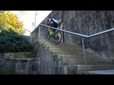 Subir escadas a pedalar bike btt